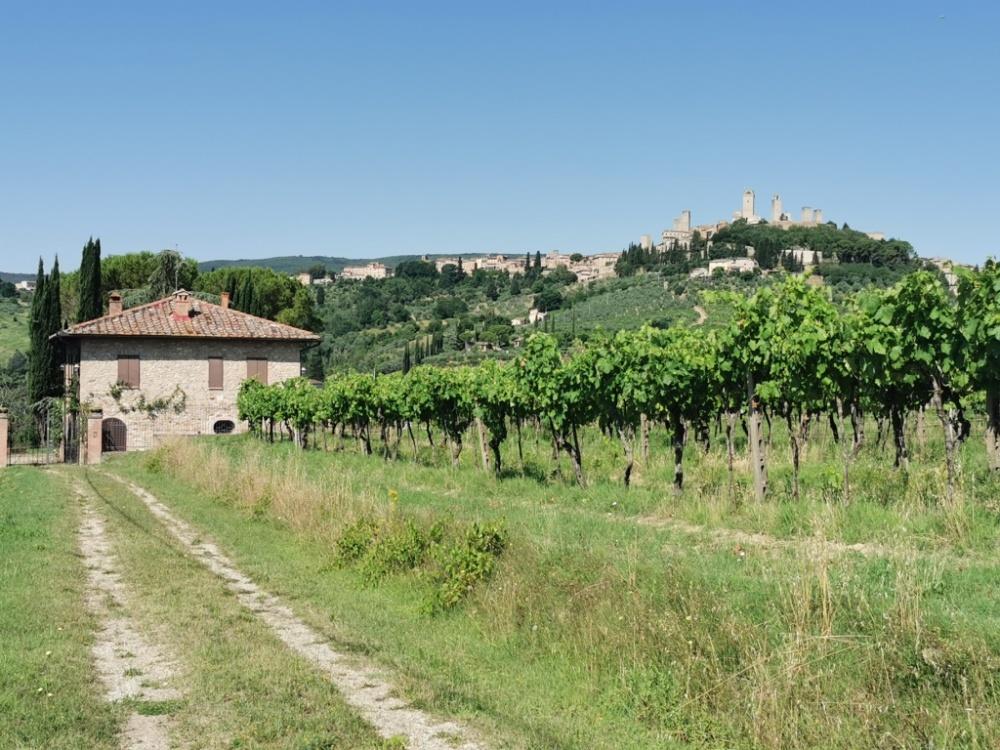 vendita casolare in pietra con vista San Gimignano